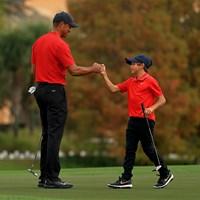 おそろいの赤黒の勝負服で父子共演したタイガーとチャーリー君(Mike Ehrmann/Getty Images) 2021年 PNC選手権 最終日 タイガー・ウッズ