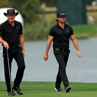 65歳のノーマン(左)は前週、息子と一緒にプレーした(Mike Ehrmann/Getty Images) グレッグ・ノーマン