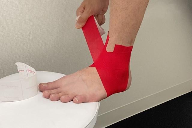 テーピング:足首編 テープを交差させよう(提供:ケアくる)