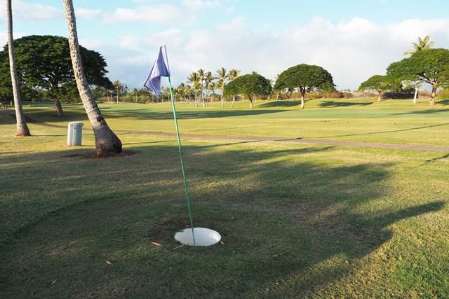 ピンフラッグ フットゴルフのカップは約50センチ。簡単そうで、なかなか入らないのです。