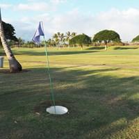 フットゴルフのカップは約50センチ。簡単そうで、なかなか入らないのです。 ピンフラッグ