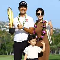 家族と優勝を喜ぶケビン・ナ 2021年 ソニーオープンinハワイ 最終日 ケビン・ナ
