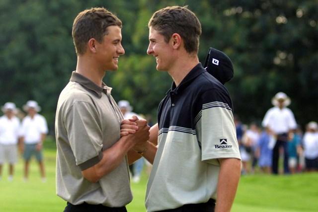 2001年 アルフレッドダンヒル選手権 最終日 アダム・スコット ジャスティン・ローズ 健闘をたたえ合ったアダム・スコット(左)とジャスティン・ローズ。2人とも若い!(Paul Severn /ALLSPORT/Getty Images)