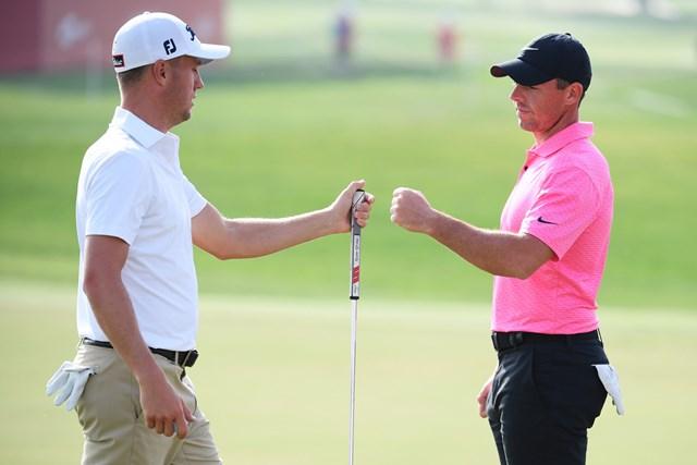 2021年 アブダビHSBCゴルフ選手権  初日 ジャスティン・トーマス ロリー・マキロイ 欧州ツアー開幕戦で同組でプレーしたジャスティン・トーマスとロリー・マキロイ(Ross Kinnaird/Getty Images)