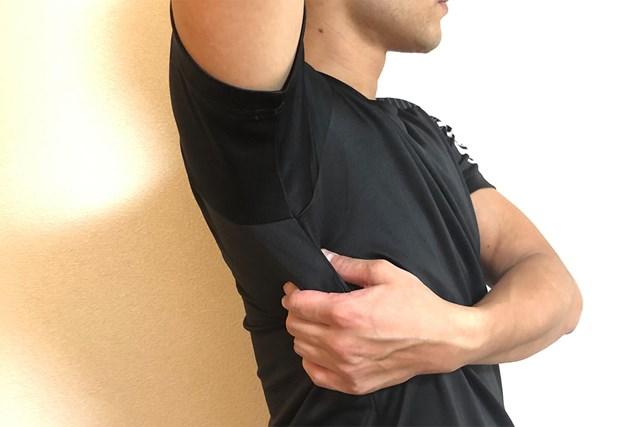 筋肉をほぐすセルフマッサージ 筋肉をつかみながら…(提供:ケアくる)