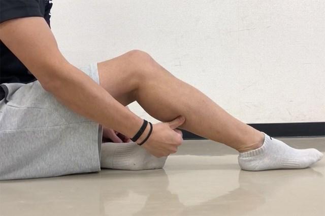 筋肉をほぐすセルフマッサージ ふくらはぎのマッサージ(提供:ケアくる)
