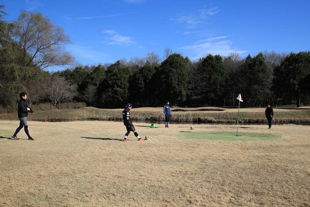 フットゴルフ フットゴルフ大会でプレーする選手たち