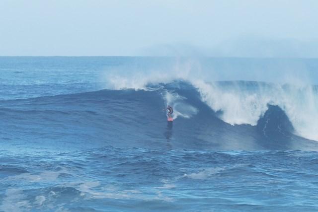 大波を乗りこなすサーファー