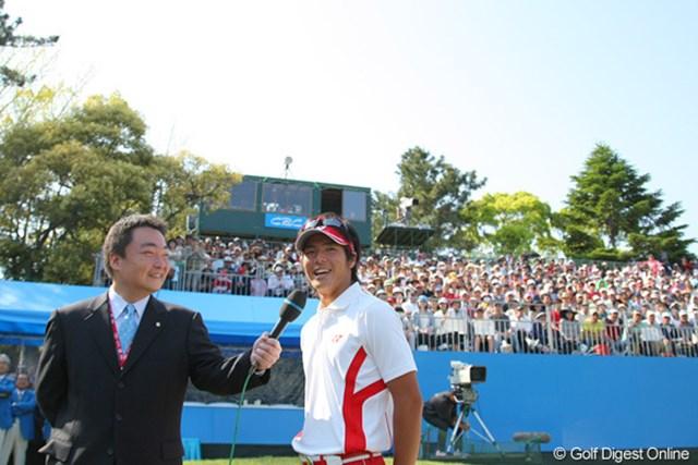 世界的な快挙を達成した石川遼。満面の笑みでインタビューに答える