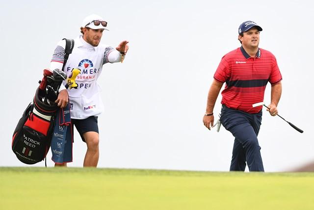 2021年 ファーマーズインシュランスオープン 最終日 パトリック・リード 義理の弟、ケセラー・カレインがバッグを担ぐ(Brian Rothmuller/Icon Sportswire via Getty Images)