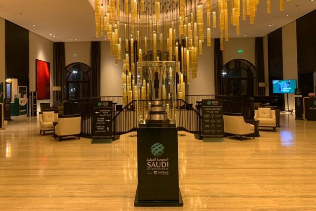 2021年 サウジインターナショナル powered by ソフトバンクインベストメントアドバイザーズ 事前 サウジインターナショナルのトロフィ 大会の優勝トロフィがホテルにありました