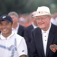 2020年に米ツアー2勝目を挙げた丸山茂樹と大会ホスト役のバイロン・ネルソン(Chris Condon/PGA TOUR Archive/Getty Images) 2020年 丸山茂樹 ベライゾン バイロン・ネルソン クラシック