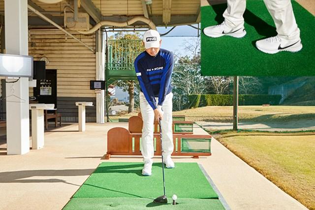 青木翔プロレッスン3回目データ4 左足を一歩引いて構え、フックボールを打つ練習をする