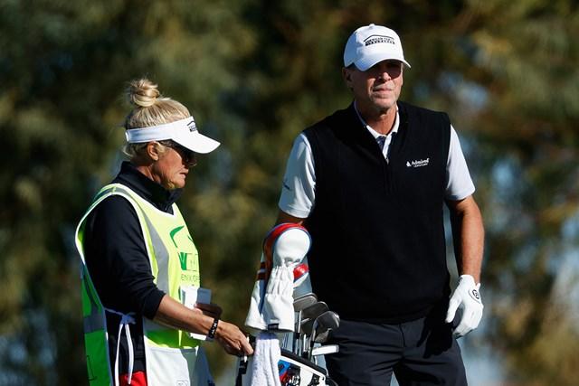2021年 ウェイストマネジメント フェニックスオープン 2日目 スティーブ・ストリッカー 最年長優勝に挑むスティーブ・ストリッカー。キャディを務めるのはニッキー夫人 (Christian Petersen/Getty Images)
