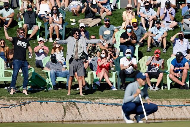 2021年 ウェイストマネジメント フェニックスオープン 3日目 ジョーダン・スピース 興奮して池に飛び込もうとするギャラリーも(Christian Petersen/Getty Images)