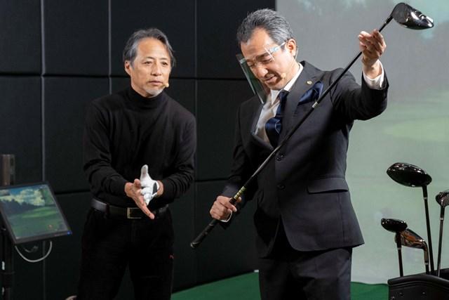 マジェスティ 50周年の節目に新「ロイヤル」を発表 発表会で試打を行う金谷多一郎プロ(左)と同社マーケティング部・岩井徹氏(右) ※提供:マジェスティゴルフ