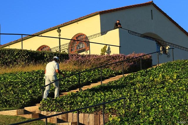 2021年 ジェネシス招待 2日目 松山英樹 夕日に照らされながらクラブハウスに戻る松山英樹