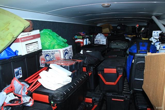2021年 ジェネシス招待 4日目 ハルク 黒い箱は年間契約している選手の荷物箱。そのほかにも様々な荷物を運ぶ