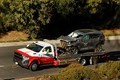 車両運搬車に載せられたウッズ運転のSUV。フロント部分が大破している (Carolyn Cole/Los Angeles Times via Getty Images)