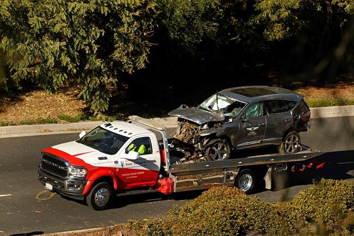 車両運搬車に載せられたウッズ運転のSUV。フロント部分が大破している (Carolyn Cole/Los Angeles Times via Getty Images) 2021年 タイガー・ウッズ