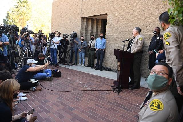 2021年 タイガー・ウッズ事故 アレックス・ビジャヌエバ ウッズの事故について説明する地元保安局のアレックス・ビジャヌエバ氏(Wally Skalij/Los Angeles Times via Getty Images)