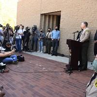 ウッズの事故について説明する地元保安局のアレックス・ビジャヌエバ氏(Wally Skalij/Los Angeles Times via Getty Images) 2021年 タイガー・ウッズ事故 アレックス・ビジャヌエバ