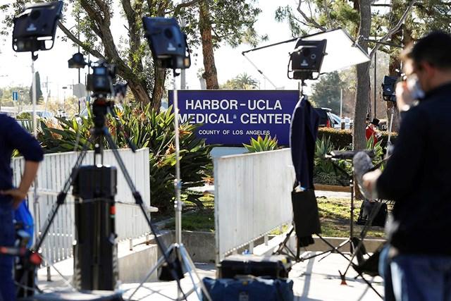 病院 ハーバーUCLAメディカルセンターに大挙していた報道陣。タイガー・ウッズは25日に別の病院へ移送されて治療を継続する(Christina House/  Los Angeles Times via Getty Images)