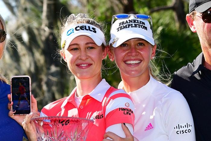 ネリー(左)とジェシカのコルダ姉妹が市場2例目の連勝(Julio Aguilar/Getty Images) 2021年 ゲインブリッジ選手権 4日目 ネリー・コルダ ジェシカ・コルダ