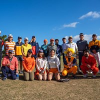 宮里美香とオレンジ色のウェアをまとった「みかんの会」のメンバー(提供:宮里美香) 2021年 ダイキンオーキッドレディスゴルフトーナメント 事前 宮里美香 みかんの会