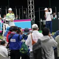 ギャラリーを前にティオフに臨む 2021年 ダイキンオーキッドレディスゴルフトーナメント 初日 松田鈴英 西郷真央
