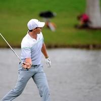 最終日18番で池に打ち込むと、ファンから「クラブは3番アイアンかい?」のヤジも。池に投げるフリをしておどけた(Doug Murray/Icon Sportswire/Corbis/Icon Sportswire via Getty Images) ロリー・マキロイ