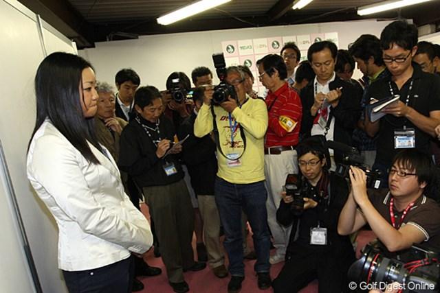 いつもの威勢の良さは影を潜め、沈痛な面持ちで謝罪の言葉を述べた三塚優子