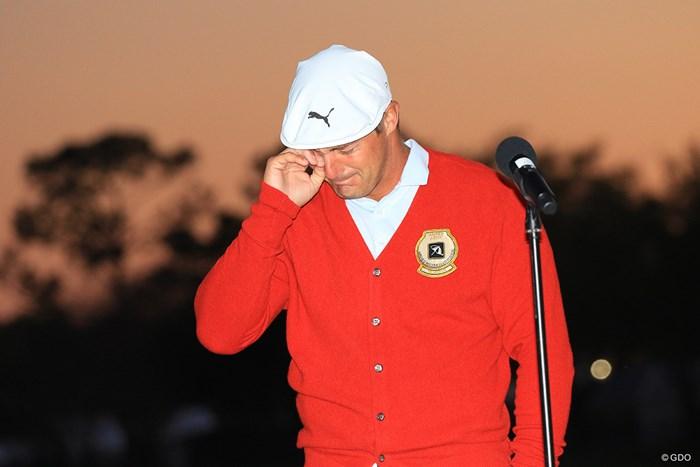 勝者に贈られる、アーノルド・パーマーが着用していた赤いカーディガンを羽織って涙 2021年 アーノルド・パーマー招待byマスターカード 4日目 ブライソン・デシャンボー