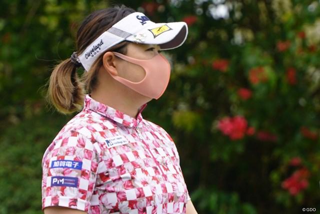 2021年 ダイキンオーキッドレディスゴルフトーナメント 3日目 東浩子 ウエアに合わせてピンクのマスクで
