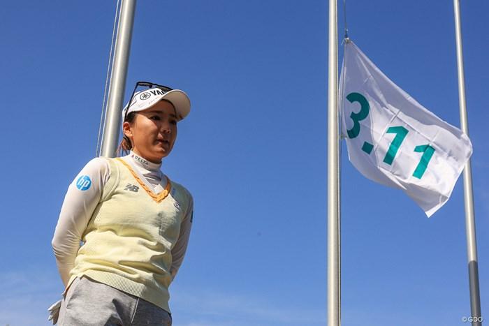「3.11」と書かれた半旗を背に 2021年 明治安田生命レディス ヨコハマタイヤゴルフトーナメント 事前 有村智恵
