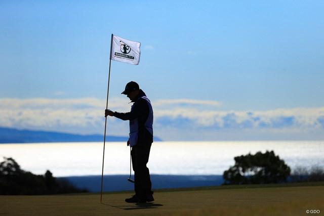 2021年 明治安田生命レディス ヨコハマタイヤゴルフトーナメント 2日目 Caddies 土佐海を背景に2