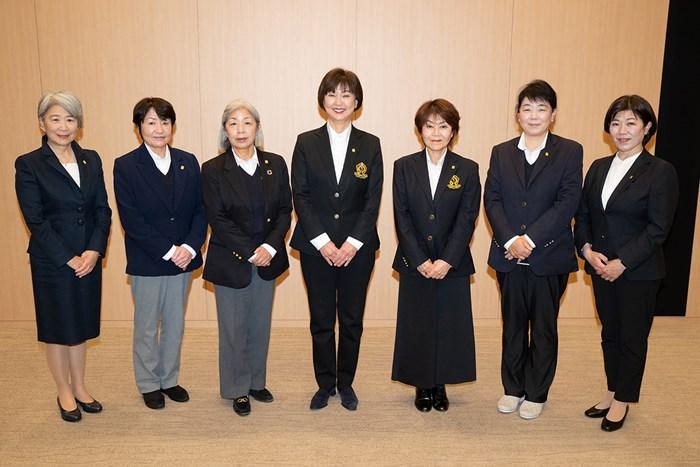 再任された小林浩美会長(中央)と新体制の理事ら(提供:JLPGA) 小林浩美