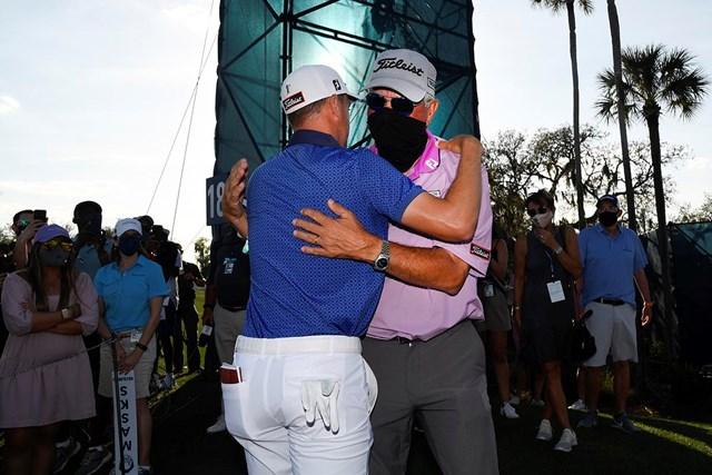 2021年 ザ・プレーヤーズ選手権 最終日 ジャスティン・トーマス 父でありコーチでもあるマイクさんと喜びを分かち合った(Ben Jared/PGA TOUR via Getty Images)
