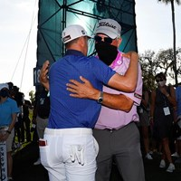 父でありコーチでもあるマイクさんと喜びを分かち合った(Ben Jared/PGA TOUR via Getty Images) 2021年 ザ・プレーヤーズ選手権 最終日 ジャスティン・トーマス