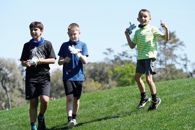 練習日にグローブをもらって喜ぶ子どもたち