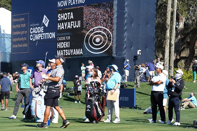 2021年 ザ・プレーヤーズ選手権 4日目 松山英樹 松山英樹(右)は早藤将太キャディのコンテストを眺める