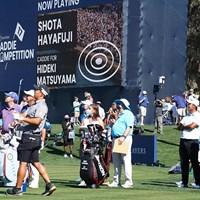 松山英樹(右)は早藤将太キャディのコンテストを眺める 2021年 ザ・プレーヤーズ選手権 4日目 松山英樹