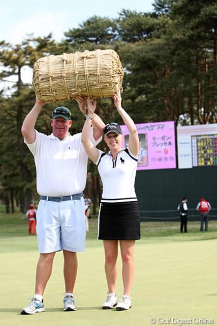 2010年 ワールドレディスチャンピオンシップサロンパスカップ 最終日 モーガン・プレッセル 副賞でもらった米俵、うれしそうに持ち上げてます