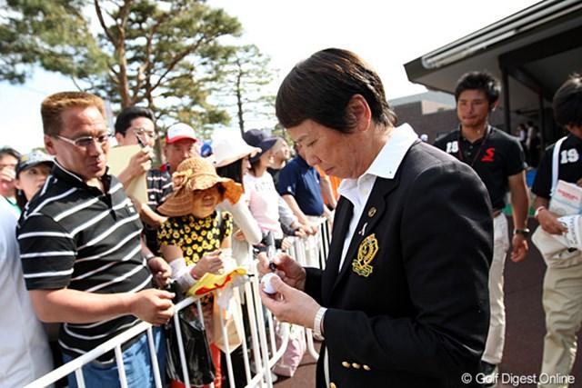 2010年 ワールドレディスチャンピオンシップサロンパスカップ 最終日 樋口久子 樋口会長もファンにせがまれてボールにサインをしてます