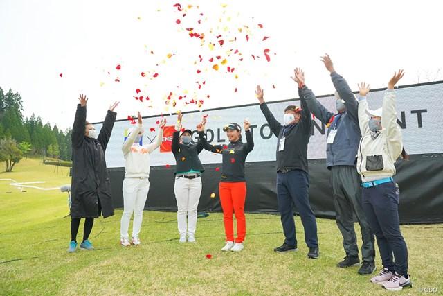 2021年 Tポイント×ENEOSゴルフトーナメント 最終日 小祝さくら 爆風の中で恒例のフラワーシャワー。