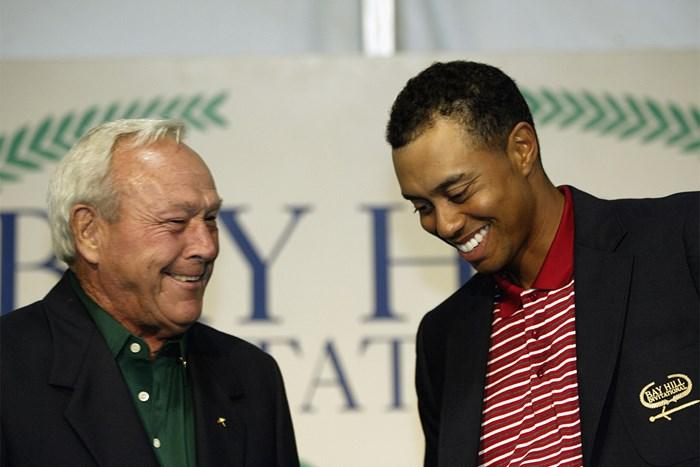 2003年、ウッズがベイヒルで大会4連覇を達成。アーノルド・パーマーに称えられる(Craig Jones/Getty Images) 2003年 ベイヒルインビテーショナル 最終日 タイガー・ウッズ アーノルド・パーマー