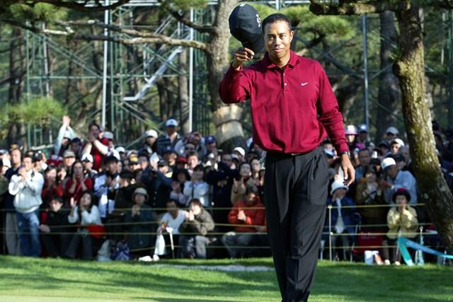 タイガー・ウッズ 2004年ダンロップフェニックストーナメント 2004年にフェニックスCCで日本ツアー初優勝を飾ったタイガー・ウッズ(Koichi Kamoshida/Getty Images)