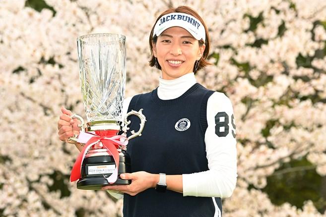 42歳・佐藤靖子がプレーオフ制して初優勝/下部21年初戦