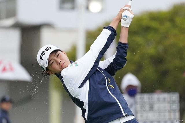 2021年 アクサレディスゴルフトーナメント in MIYAZAKI 最終日 渋野日向子 雨の中、インから出た渋野日向子