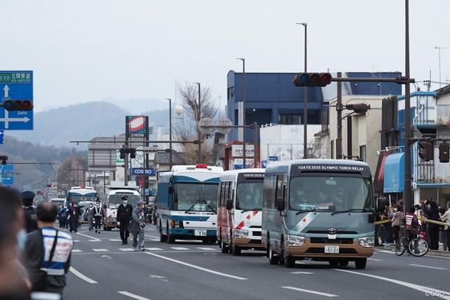 2021年 聖火リレー 多くの車列が聖火を先導した。写真は栃木県